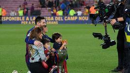 Лионель Месси и его семья с чемпионским кубком.