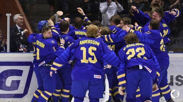 28 апреля. Эрншельдсвик. Швеция-U18 - Россия-U18 - 4:3 ОТ. Радость шведских хоккеистов. Фото REUTERS
