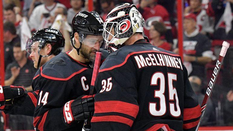 """Капитан """"Каролины"""" Джастин Уильямс (слева) и голкипер Кертис Макэлхинни. Фото НХЛ"""