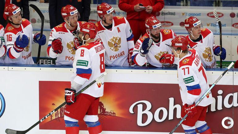 5 мая. Брно. Чехия - Россия - 1:4. Александр Овечкин и Кирилл Капризов получают поздравления от партнеров.