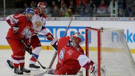 5 мая. Брно. Чехия – Россия – 1:4. Евгений Малкин (на дальнем плане) атакует ворота Якуба Коваржа.