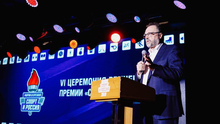 Ведущий церемонии Виктор Гусев.