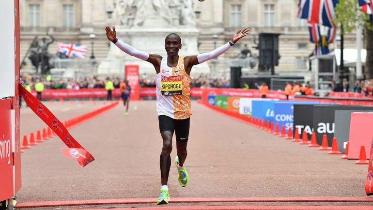 28 апреля. Лондон. Элиуд Кипчоге выигрывает Лондонский марафон. Фото AFP