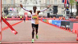 28 апреля. Лондон. Элиуд Кипчоге выигрывает Лондонский марафон.