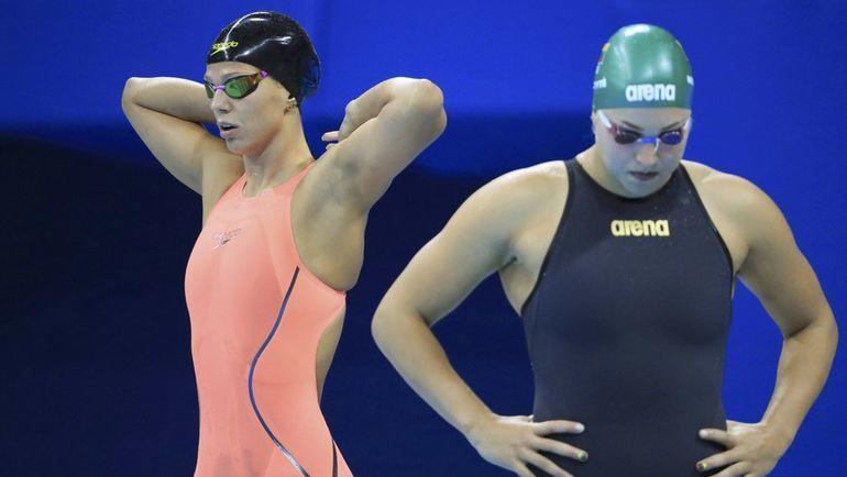 7 августа 2016 года. Рио-де-Жанейро. Юлия Ефимова и Рута Мейлютите перед заплывом на 100 метров брассом. Фото REUTERS