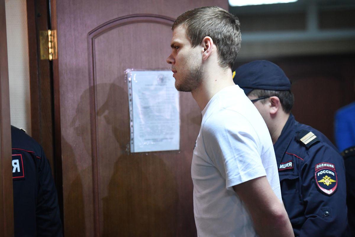 """""""В США стул отправили бы на электрический стул"""". Реакция соцсетей на наказание Кокорина и Мамаева"""