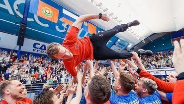 """8 мая. Кемерово. Игроки """"Кузбасса"""" поздравляют Туомаса Саммелвуо с сенсационной победой в чемпионате России."""