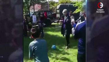 Тереза Мэй сыграла в футбол