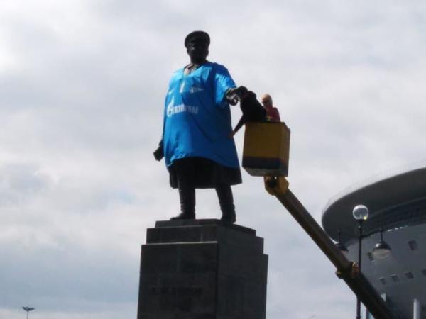 """Футболка """"Зенита"""" на памятнике Кирову. Фото """"Фонтанка"""""""