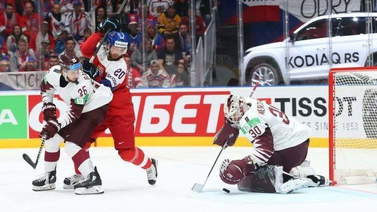 16 мая. Братислава. Чехия – Латвия – 6:3. Латвийский вратарь Элвис Мерзликинс спасает свои ворота. Фото IIHF
