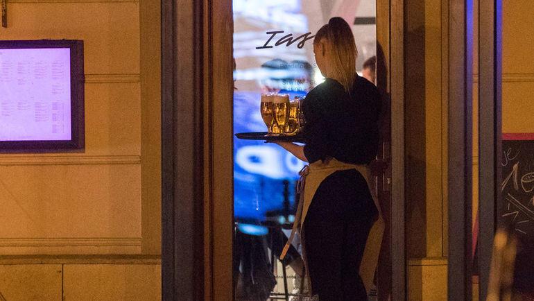 Официант ресторана, где ужинала сборной России. Фото sport24.pluska.sk