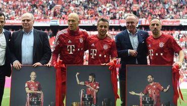 Арьен Роббен, Рафинья и Франк Рибери с руководством клуба во время празднования чемпионства.