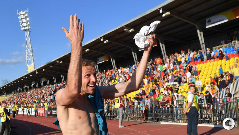"""19 мая. Тула. """"Арсенал"""" - """"Краснодар"""" - 0:3. Юрий Газинский благодарит болельщиков за поддержку."""