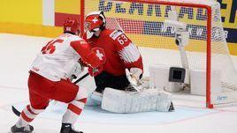 19 мая. Братислава. Швейцария - Россия - 0:3. Никита Кучеров забрасывает шайбу в ворота швейцарцев.
