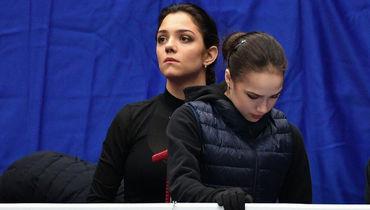 19 марта. Москва. Алина Загитова и Евгения Медведева перед началом выступлений.
