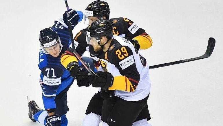 21 мая. Кошице. Финляндия – Германия – 2:4. Леон Драйзайтль (справа) и Мориц Мюллер (в центре) против Кристиана Кууселы. Фото AFP