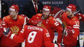 15 мая. Братислава. Россия - Италия - 10:0. Александр Овечкин принимает поздравления после гола.