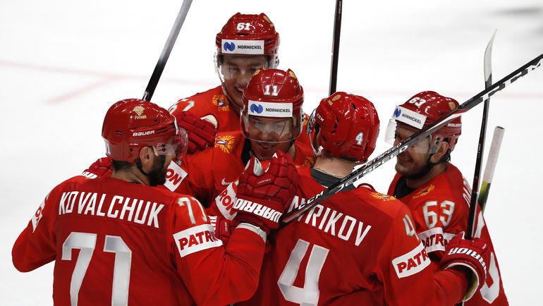 21 мая. Братислава. Швеция - Россия - 4:7. Евгений Малкин (№11)  принимает поздравления с заброшенной шайбой. Фото Reuters