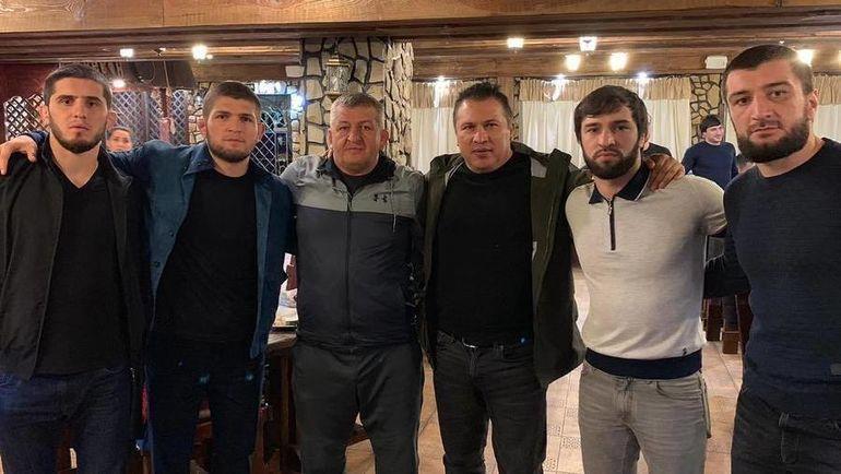 Хабиб Нурмагомедов (второй слева), Зубайр Тухугов (второй справа) и Абубакар Нурмагомедов (крайний справа). Фото Инстаграм