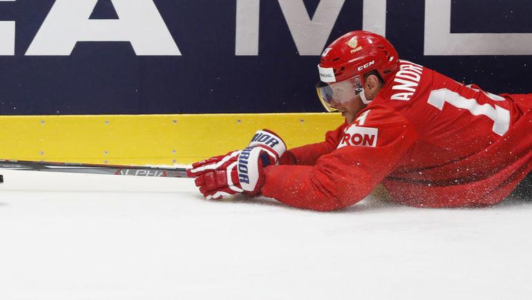 23 мая. Братислава. Россия - США - 4:3. Сергей Андронов тянется за шайбой. Фото Reuters