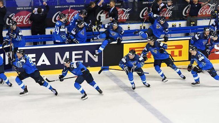 23 мая. Кошице. Финляндия – Швеция – 5:4 ОТ. Финские хоккеисты радуются победной шайбе. Фото AFP