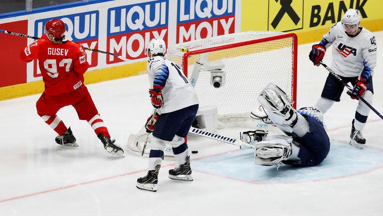 23 мая. Братислава. Россия - США - 4:3. Никита Гусев забрасывает шайбу в ворота американцев. Фото Reuters