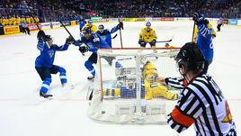 23 мая. Кошице. Финляндия – Швеция – 5:4 ОТ. Марко Анттила (в центре) празднует заброшенную шайбу.