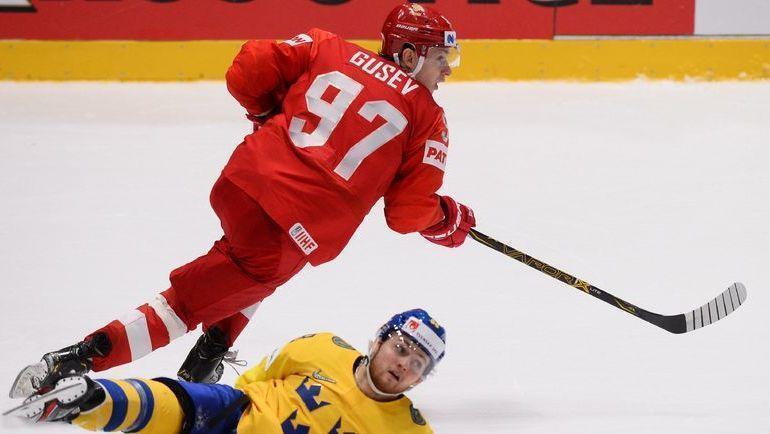 21 мая. Швеция - Россия - 4:7. Никита Гусев уходит от соперника. Фото AFP