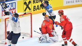 25 мая. Братислава. Россия - Финляндия - 0:1. Капитан финской сборной Марко Анттила (слева) празднует победную шайбу.