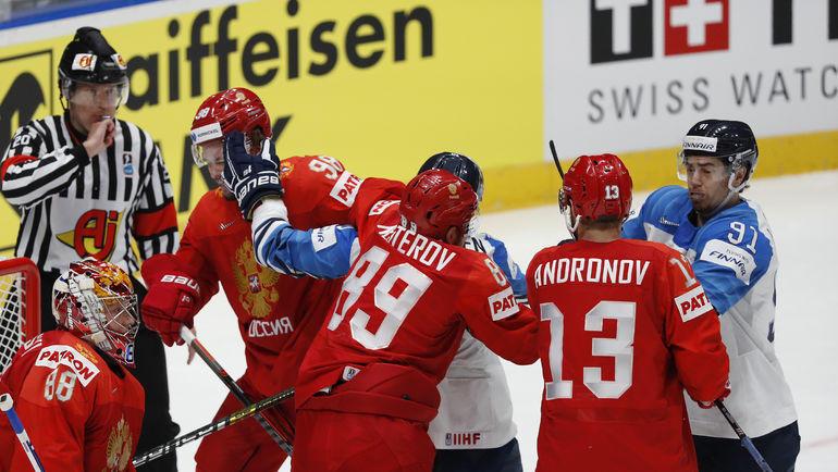 25 мая. Братислава. Россия - Финляндия - 0:1. Потасовка российских и финских хоккеистов. Фото Reuters