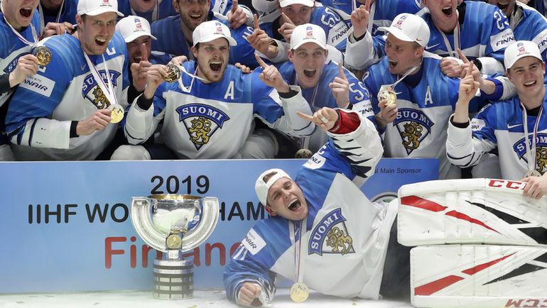 26 мая. Братислава. Канада - Финляндия - 1:3. Финские хоккеисты после церемония награждения. Фото REUTERS