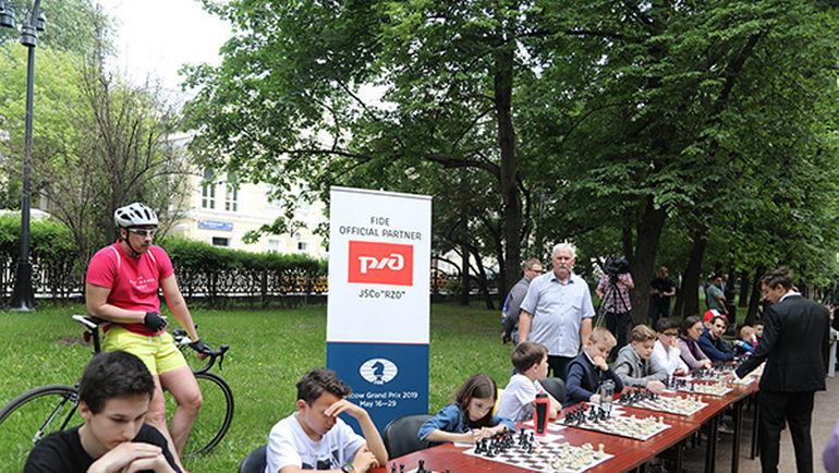 Сеанс одновременной игры на Гоголевском бульваре напротив ЦДШ им. М.М. Ботвинника.