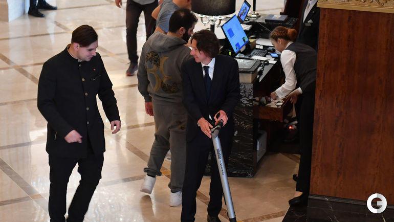 28 мая. Москва. Конференция РФС. Алексей Смертин прибыл на Конференцию РФС на самокате.