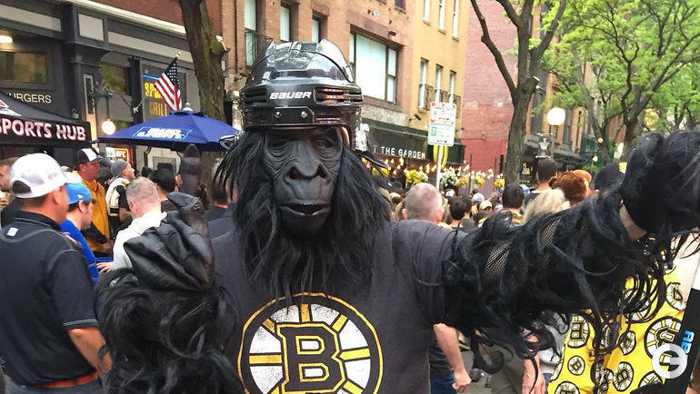 """27 мая. Бостон. Болельщик """"Бостона"""" в костюме гориллы перед игрой."""