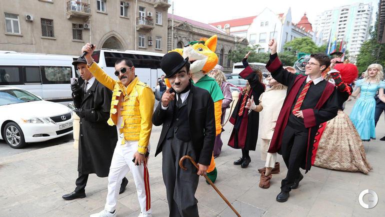 27 мая. Баку. Шерлок Холмс, Фредди Меркьюри и Чарли Чаплин на улицах города.