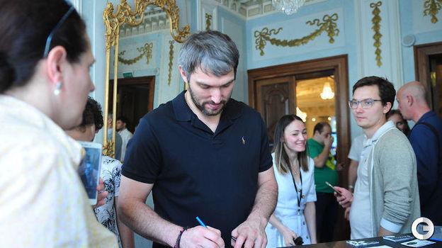 29 мая. Москва. Александр Овечкин раздает автографы на программке турнира. Фото Федор Успенский,