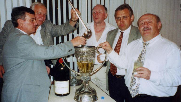 Шампанское из очередного победного Кубка. Профессор Демури Киртадзе - справа.
