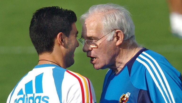 Хосе Антонио Рейес и Луис Арагонес на тренировке сборной Испании. Фото 20 minutos.es