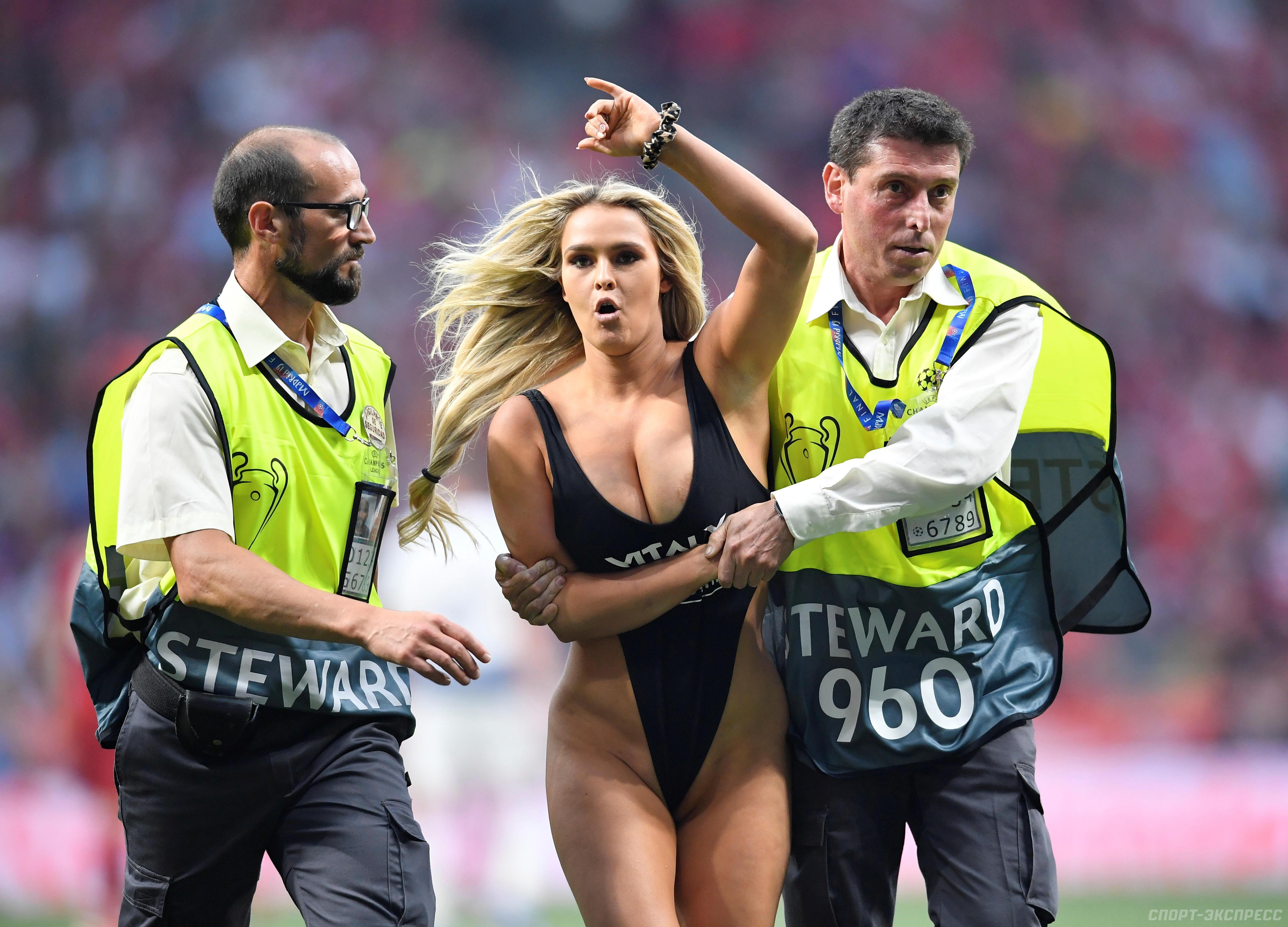16b2783e54a58 Мадрид. Прорыв женщины в купальнике на поле в финале Лиги чемпионов