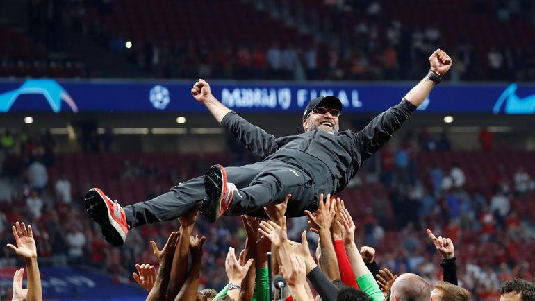 """1 июня. Мадрид. """"Тоттенхэм"""" – """"Ливерпуль"""" – 0:2. Юрген Клопп на руках своих игроков. Фото Reuters"""