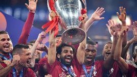 """1 июня. Мадрид. """"Тоттенхэм"""" - """"Ливерпуль"""" - 0:2. Мохамед Салах поднимает кубок Лиги чемпионов."""