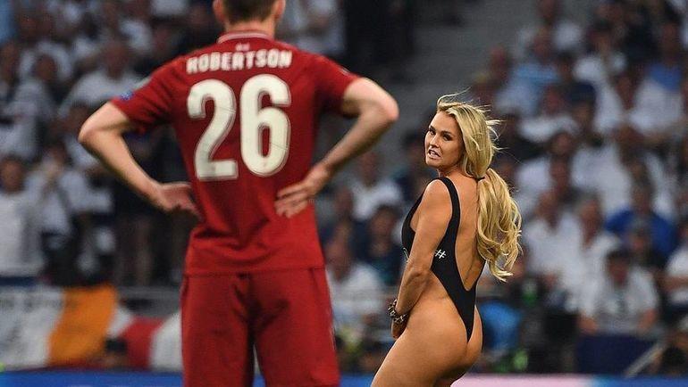 """1 июня. Мадрид. Прорыв женщины в купальнике на поле в финале Лиги чемпионов """"Тоттенхэм"""" - """"Ливерпуль"""". Фото AFP"""