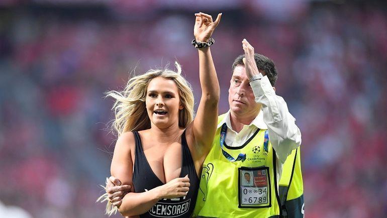 """1 июня. Мадрид. """"Тоттенхэм"""" - """"Ливерпуль"""" - 0:2. Девушка, которая выбежала на поле. увеличила число подписчиков в Инстаграме на 2 миллиона менее чем за сутки. Фото Reuters"""