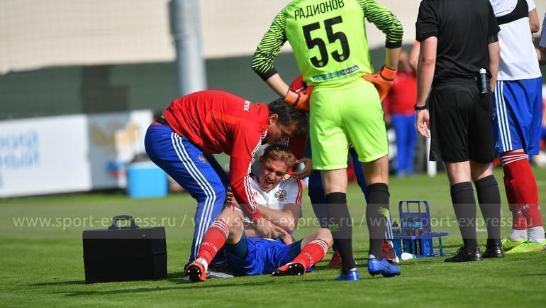 Травмированный Юрий Газинский держится за плечо. Фото Александр Федоров, «СЭ»