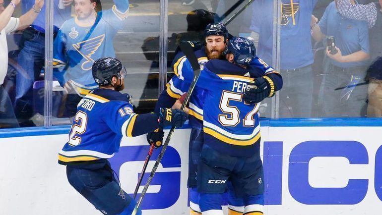 "Игроки ""Сент-Луиса"" празднуют победу. Фото НХЛ."