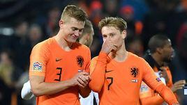 Игроки сборной Голландии Маттейс де Лигт (слева) и Френки де Йонг (справа).