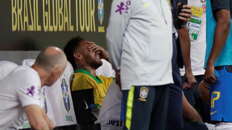 6 июня. Бразилиа. Бразилия - Катар - 2:0. Неймар после получения травмы не скрывал своих слез. Фото REUTERS