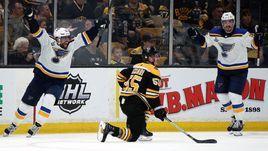 """7 июня. Бостон. """"Бостон"""" – """"Сент-Луис"""" – 1:2. Игроки """"Блюз"""" празднуют заброшенную шайбу."""