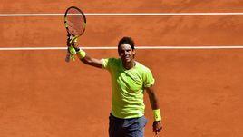 7 июня. Париж. Рафаэль Надаль празднует победу над Роджером Федерером в полуфинале Roland Garros - 6:3, 6:4, 6:2.