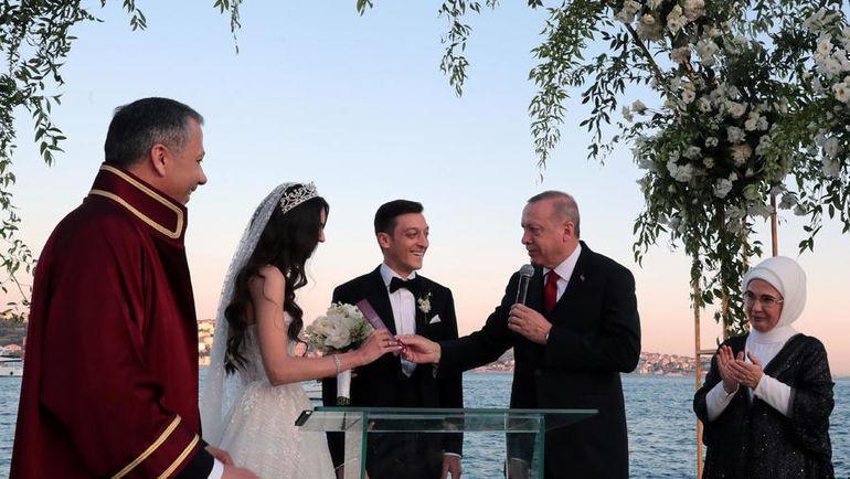 7 июня. Стамбул. Президент Турции Реджеп Эрдоган со своей супругой поздравляет молодых.